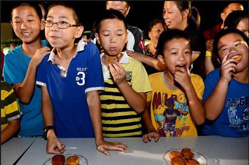 Tặng bánh trung thu tạo niềm vui cho trẻ nhỏ